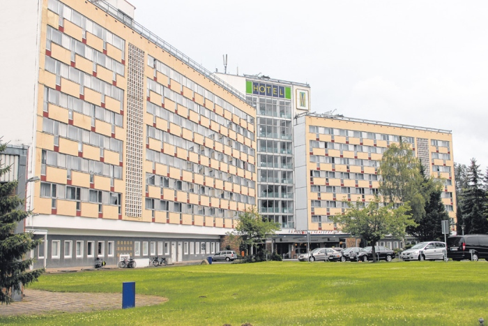 """Vielleicht schon 2014 muss das ehemalige FDGB-Ferienheim und heutige Müritz Hotel in Klink Platz für einen neuen Hotelkomplex machen. Thorsten Eckert, Karin Pilkuhn und Peter Kascheike """"feilen"""" derzeit an der Zukunft des Urlauberdorfes Klink."""