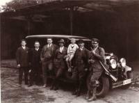 Dienstpersonal für die Verwaltung des Gutes um 1941